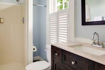Bathroom in the Plumeria Room