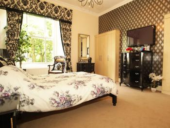 Suite-Ensuite-The Holly Room