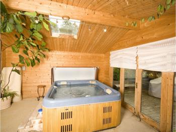Jacuzzi Spar beyond the indoor pool free for B&B guests