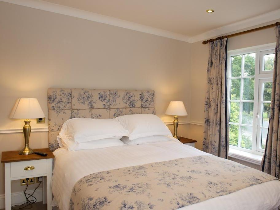 Double room-Deluxe-Ensuite-with Sofa Bed - Base Rate