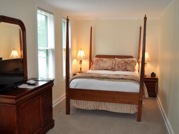 Queen en-suite with porch