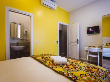Double room-Standard-Ensuite with Shower-Street View-Yellow Room