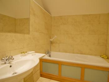 Room 4 Deluxe King en suite bathroom