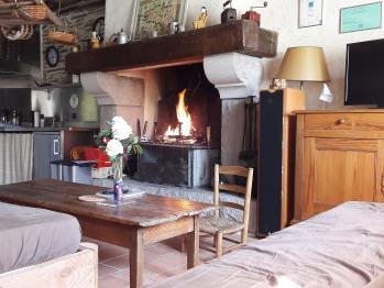 Salon avec cheminée, TV et HiFi
