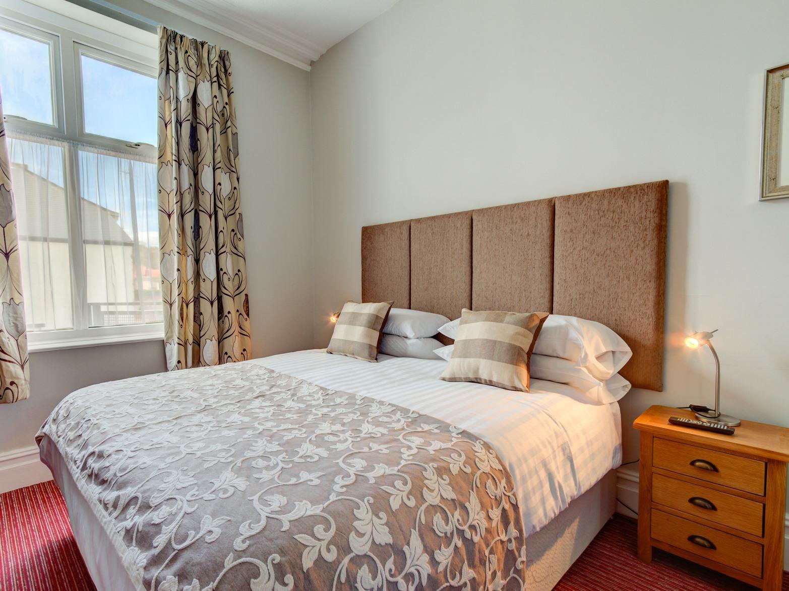 King-Standard-Ensuite with Shower-Street View-en suite - Base Rate