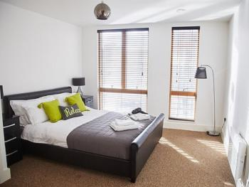 Empire Serviced Apartments - Foundry - Bedroom with King Sized Bed