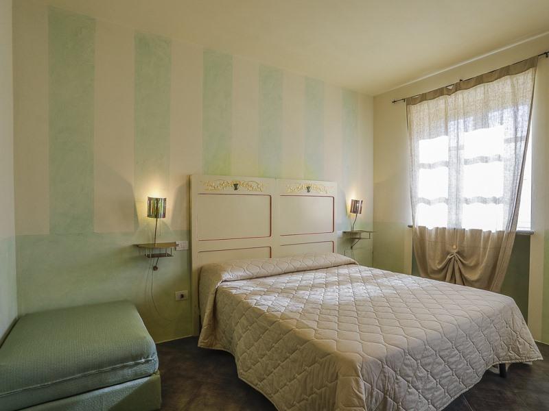 Camera Uno - Camera Matrimoniale Standard vista Giardino e Piscina