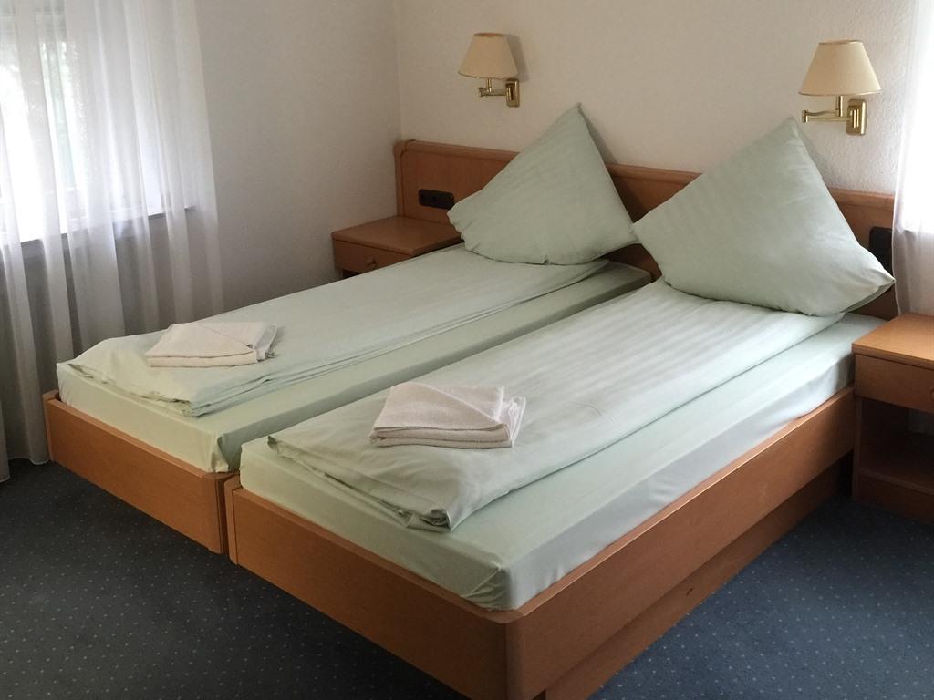 Doppelzimmer-Einfach-Nasszelle-Bettenhaus_DBL