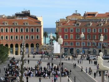 Place Masséna, ressuscitée sous l'impulsion du tramway et couronnée du prix européen d'architecture.