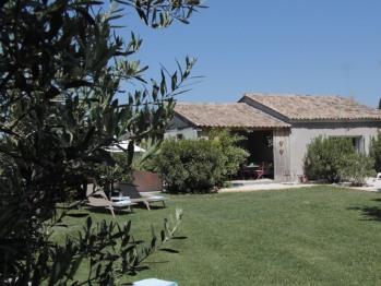 Vue jardin et terrasse couverte commune