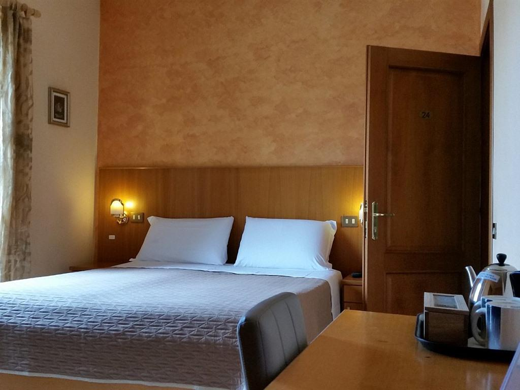 Matrimoniale-Standard-Bagno in camera con doccia-Vista strada