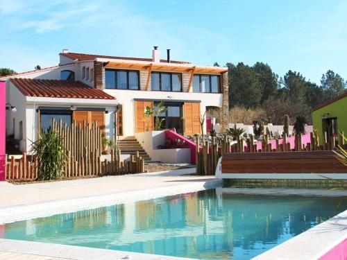 vue sur la maison et la piscine