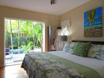 Hemingway Retreat Suite-Condo-Ensuite with Shower-Honeymoon-Pool View