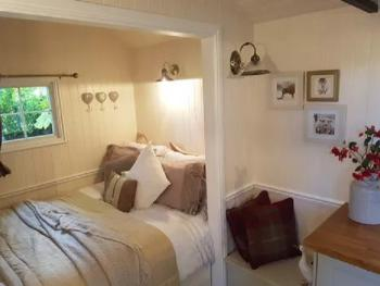 Cabin-Apartment-Ensuite with Shower-View of Borthwick Valley