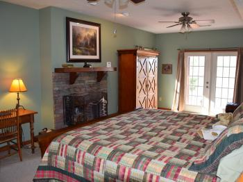 Campbell Mtn Suite w/wood-burning fireplace, king bed