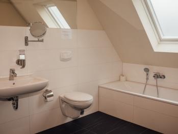 Großes Badezimmer mit Dusche und Wanne