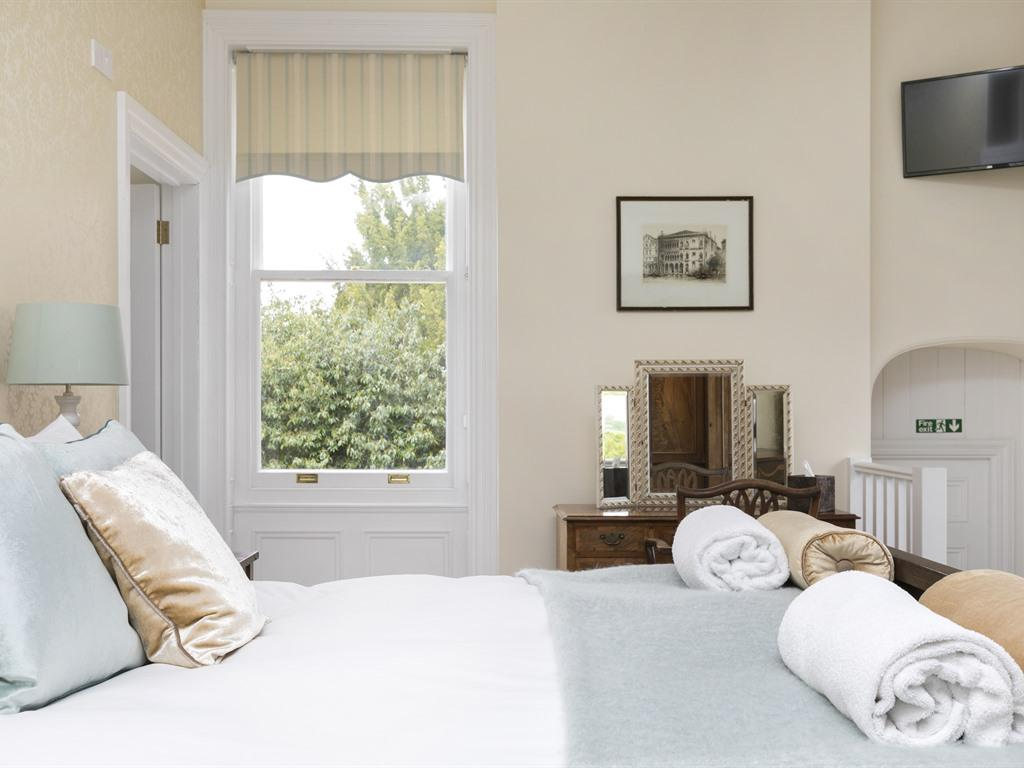 King-Suite-Ensuite-Garden View-Sir Edwyn - Base Rate/Continental Breakfast