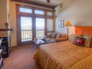 Arapahoe Queen Lodge Room