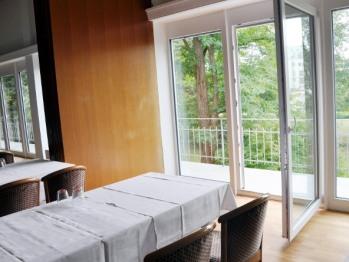 neue Fenster mit Türen zum Balkon mit Blick auf Kobelgraben