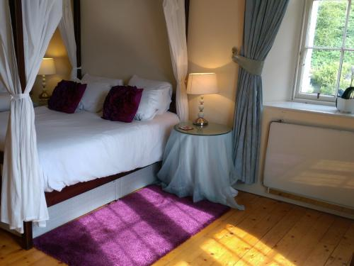 Purple four poster room