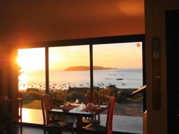 Un couchez de soleil de la salle de restaurant