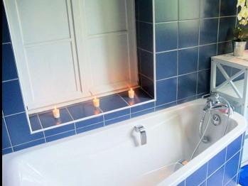 Salle de bains équipée d'une baignoire et d'une douche italienne, avec meuble de rangement, un vasque avec meuble, miroir
