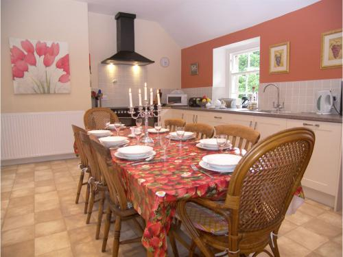 A modern, comfortable and extremely well equipped kitchen/dinining room with range cooker and American-style fridge
