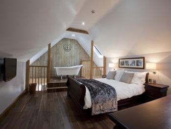 King-Suite, En-suite, roll top bath, living area (Cerne)