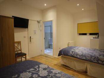 Twin room-Ensuite with Shower