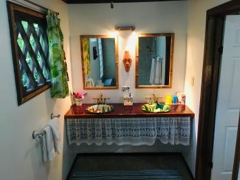 Colibri Bungalow Bathroom