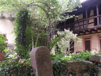 Dans la cour un autel romain attestant de l'occupation très ancienne des lieux.