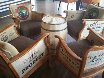 Sessel mit hauseigenen Kaffeesäcken unserer Rösterei Mondel del Caffè bezogen