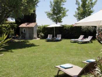 jardin avec transats et parasols