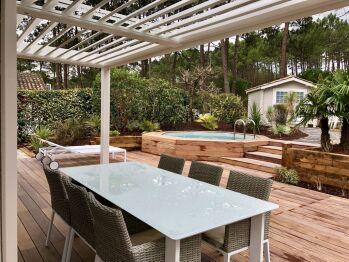 Extérieur table de jardin avec pergola bio climatique