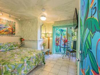 215 Tropical/ Petit – Queen; Lanai