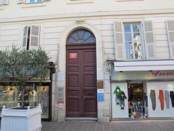 La façade a été ravalée en janvier 2011 et elle est probablement classée. Entrée grace à un ouvre-porte élèctrique (sauf nuit et ferié) ou grace à un code qui vous est communiqué (24h/24).