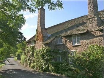 Tudor Cottage - View of the cottage from the lane outside