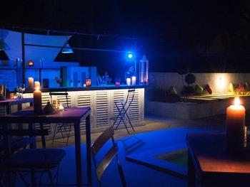 Piscine et bar lounge - la nuit