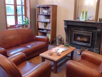 Salon aménagé autour de la cheminée