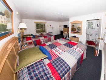 Hillside Room 06-Quad room-Ensuite-Superior