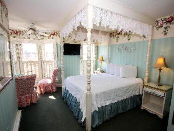 Queen-Private Bathroom-Deluxe-Garden View-Deluxe Turret Room