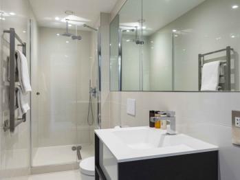 Shower facilities in 2nd bathroom