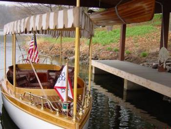 Our Electric Boat glides around the lake for late afternoon tours with wine, hors d'oeuvres and friendly conversation.