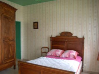 chambre N°4 avec un lit double et une salle d'eau