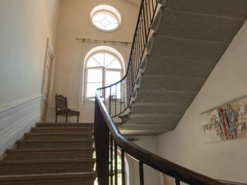 Montée d'escaliers vers les chambres