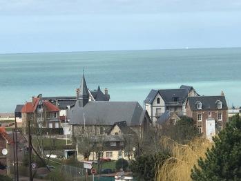 La vue sur la station balnéaire de Pourville et sa petite chapelle.