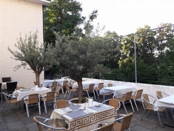 mediterrane Sonnenterrasse mit Olivenbäumen