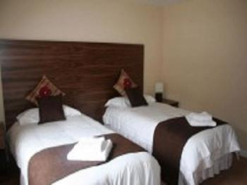 Triple room-Ensuite-2 Single Beds + Camp Bed