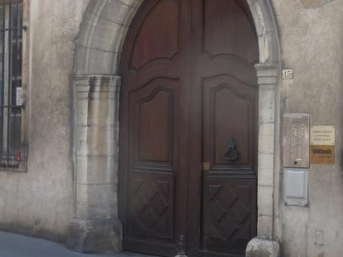 porche de l'immeuble au 15 rue de la préfecture