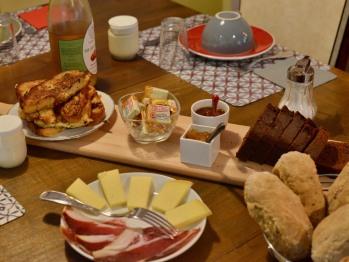 petits déjeuners avec produits faits maison: petits pains, confitures, yaourts, cakes, brioche perdue... et fromage et charcuterie